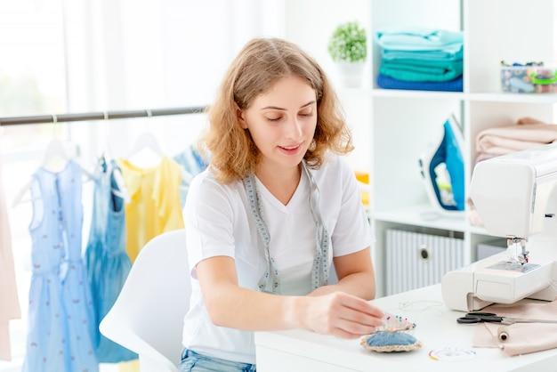 Couturière cousant à la main en atelier