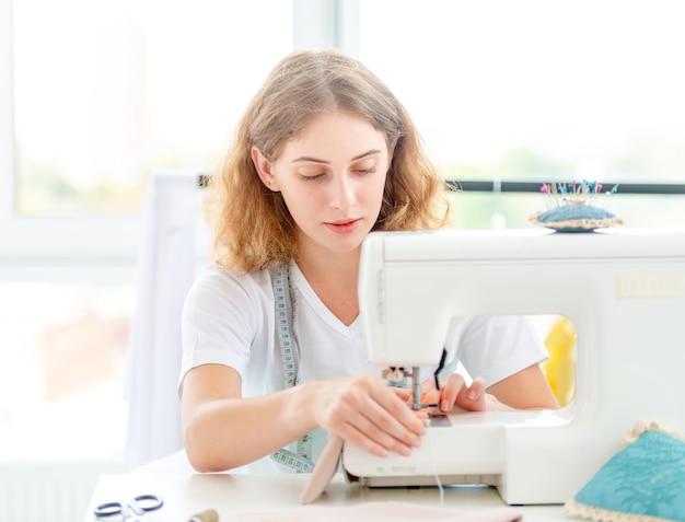 Couturière cousant un nouveau design à la main