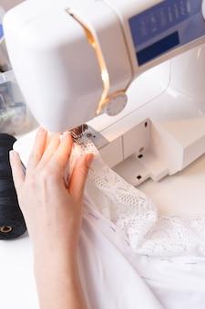Couturière faisant des lignes sur une machine à coudre
