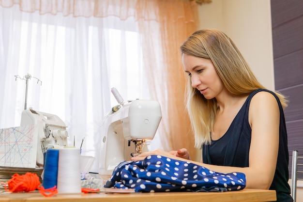 Couturière de femme tout en travaillant à une machine à coudre