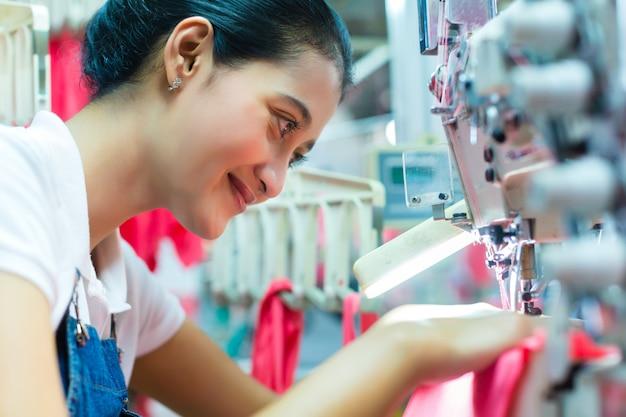Couturière indonésienne dans une usine de textile asiatique