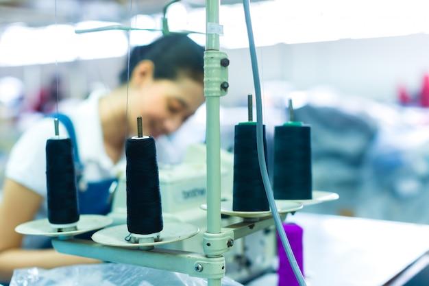 Couturière indonésienne dans une usine textile