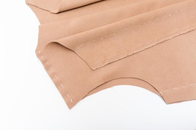 La couturière prépare le détail de l'enveloppe avec des lignes d'esquisse.