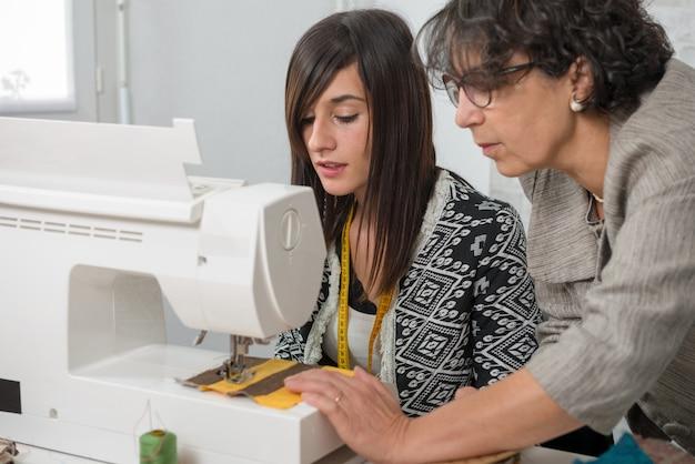 Couturière et son apprenti avec une machine à coudre
