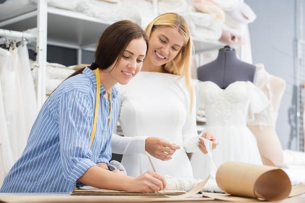 Couturière travaillant avec le client
