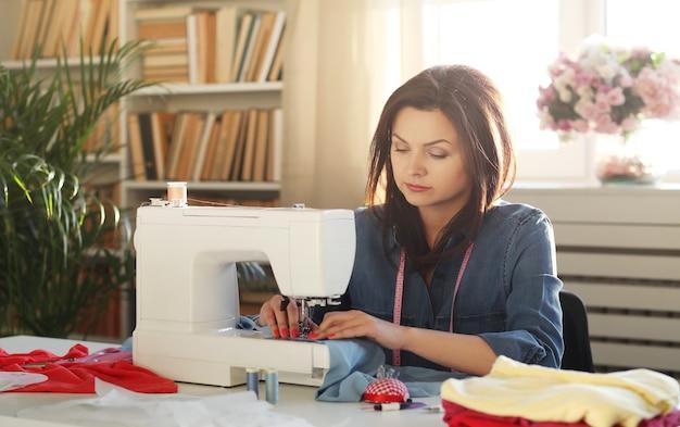 Couturière travaillant à domicile