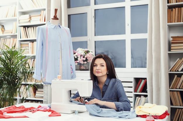 Couturière travaillant en studio