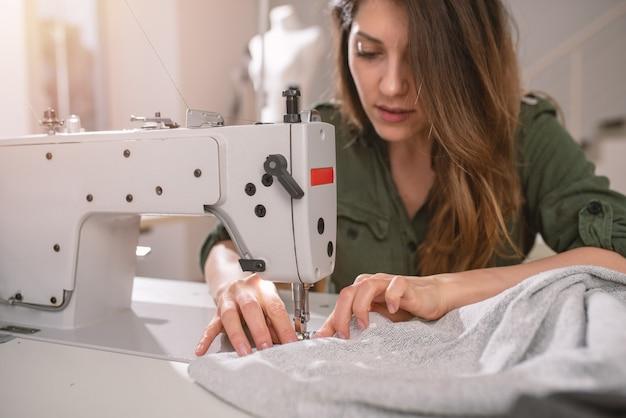 La couturière travaille sur de nouveaux vêtements commandés par le client internet