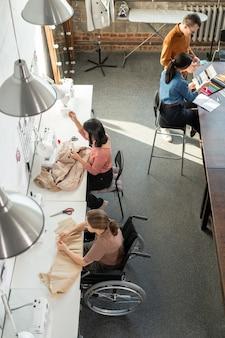 Couturières et designers travaillant sur la nouvelle collection de mode en atelier