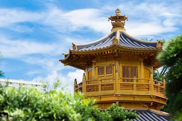Couvent de chi lin et jardin nan lian. pavillon doré de la perfection absolue dans le jardin nan lian du couvent de chi lin, hong kong, chine