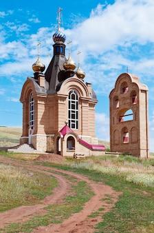 Couvent de la miséricorde de saint-nicolas (grotte sainte), l'église saint-jean-baptiste (entrée de la grotte). russie, orenbourg. 07/12/2015