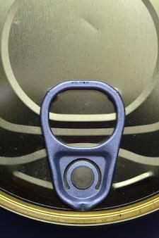 Couvercle photographié en gros plan d'une boîte de conserve avec une clé. vue d'en-haut.