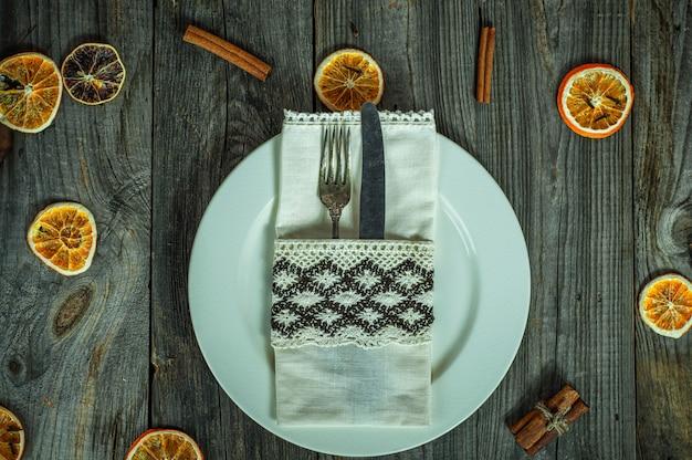 Couverts sur une assiette blanche