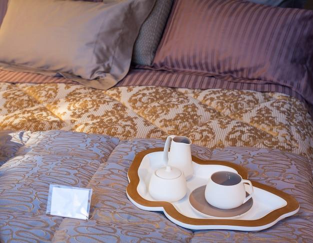 Couverts sur le lit