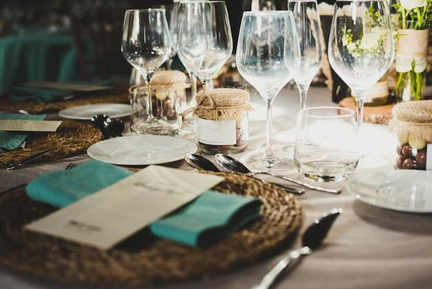 Couverts de mariage et centre de table