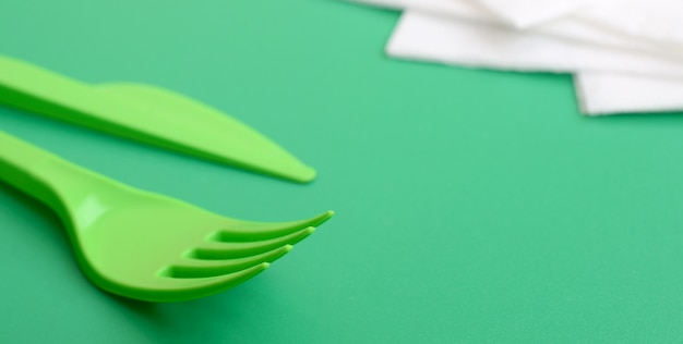 Couverts en plastique jetables vert