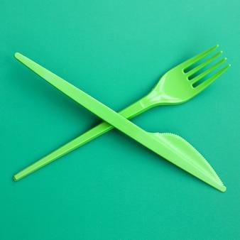 Couverts en plastique jetables verts. fourchette et couteau en plastique