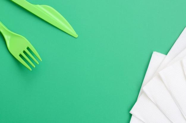 Couverts en plastique jetables verts.