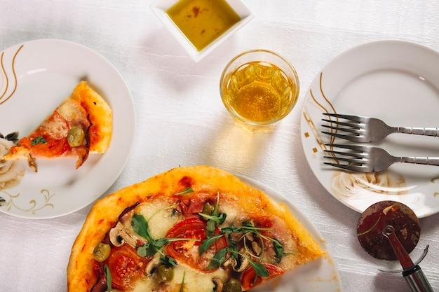 Couverts et sauces près de la pizza