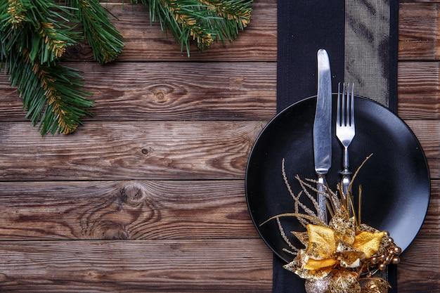 Couverts de table de noël avec une serviette noire