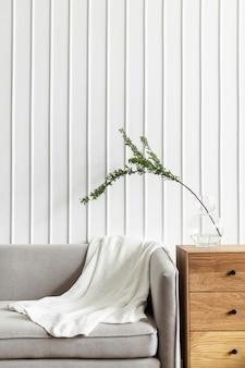 Couverture blanche sur un canapé