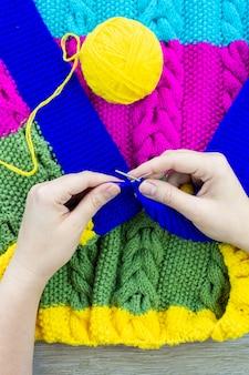 Couverture fille tricote des aiguilles à tricoter