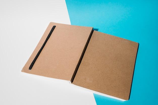 Couverture de livre sur double toile de fond