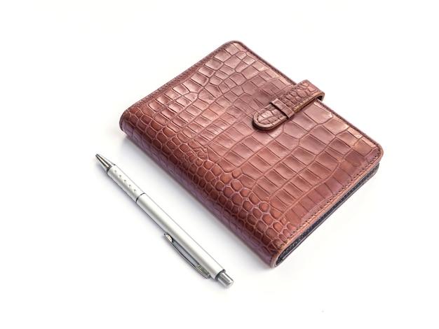 Couverture de livre de journal en cuir et stylo