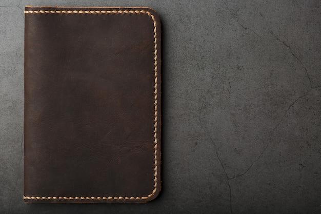 Couverture de passeport en cuir marron foncé. cuir véritable, fait main.