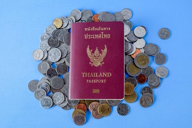 Couverture de passeport thaïlandais et pièce d'argent