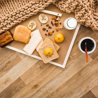 Couverture et petit déjeuner nourriture au sol