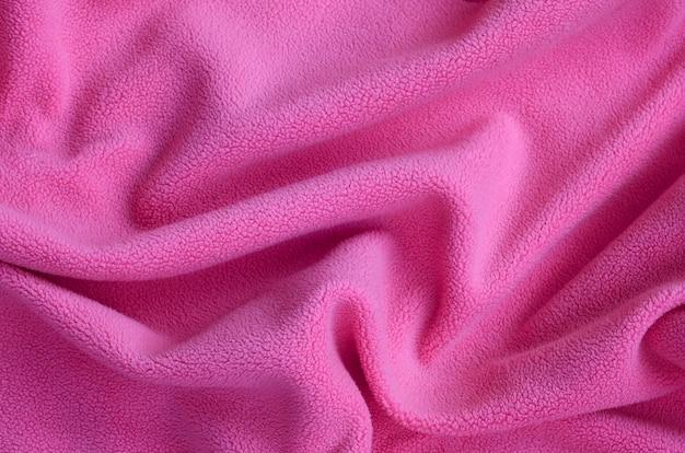 La couverture en tissu polaire rose velu.