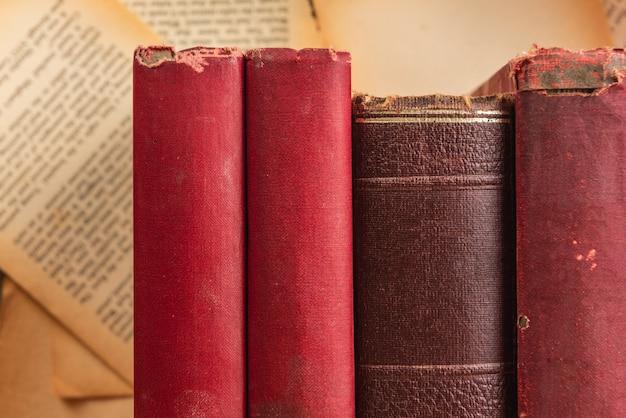 Couverture vierge de vieux livres sur la propagation du fond de pages de papier