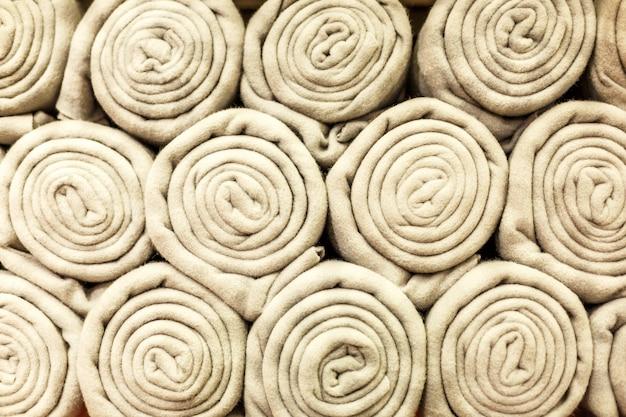 Les couvertures beiges sont pliées et pliées. cadeaux pour les vacances