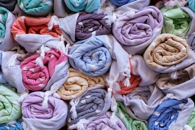 Couvertures colorées sur un marché