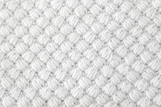 Couvertures colorées tricotées à la main, points de crochet rustiques de couleurs claires.