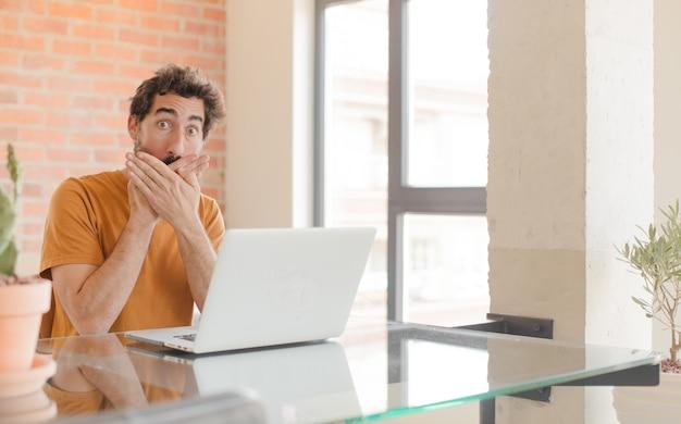 Couvrant la bouche avec les mains avec une expression de surprise choquée en gardant un secret ou en disant oups