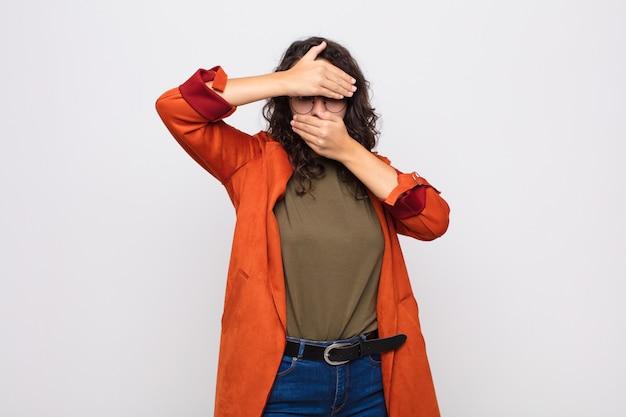 Couvrant le visage avec les deux mains en disant non à la caméra! refuser des photos ou interdire des photos