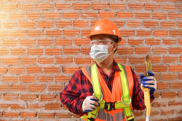 Couvreur le travailleur de la construction installe un nouveau toit, des outils de toiture, une perceuse électrique utilisée sur de nouveaux toits avec une tôle.