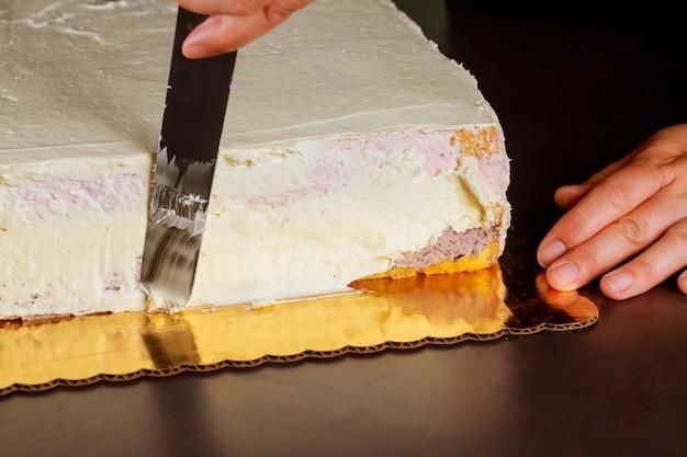 Couvrir le gâteau de couche avec de la crème douce blanche