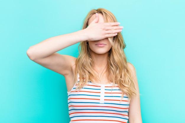 Couvrir les yeux d'une main se sentir effrayé ou anxieux, s'interroger ou attendre aveuglément une surprise