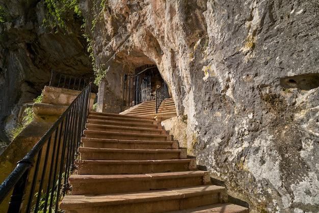 Covadonga santa cave un sanctuaire catholique des asturies