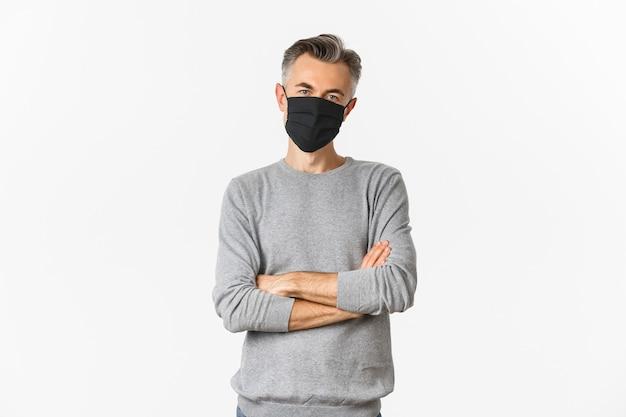 Covid-19, concept de pandémie et de distanciation sociale. homme d'âge moyen avec une coiffure courte grise