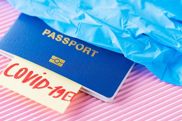 Covid-19, concept de voyage et de verrouillage. voyager en période épidémique. passeport et test de coronavirus sur fond rose. test médical à l'aéroport