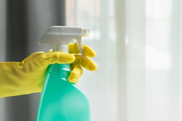 Covid-19 coronavirus désinfection de la maison avec un spray nettoyant à l'alcool, arrêtez la propagation du coronavirus