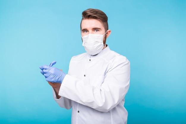 Covid-19, développement de vaccins et concept de médecine - médecin ou scientifique avec masque médical met