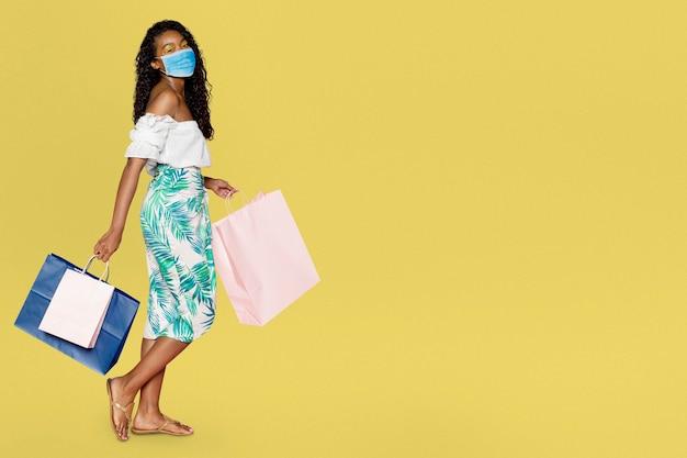 Covid 19, une femme faisant ses courses avec un masque facial est la nouvelle norme