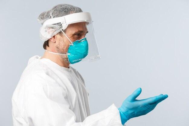 Covid empêchant les travailleurs de la santé du virus et le concept de vaccination souriant médecin amical en persona...