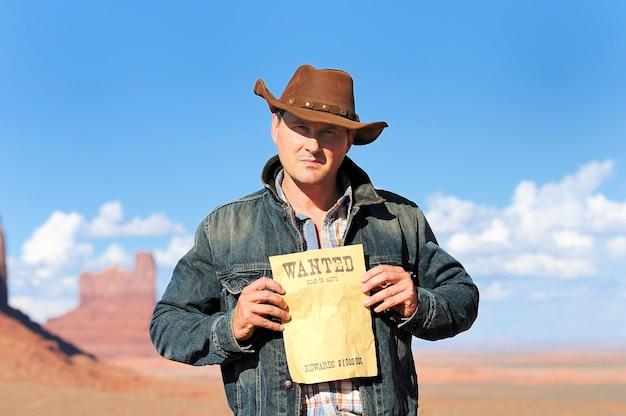 Cow boy attrayant dans le célèbre parc tribal national de monument valley, états-unis