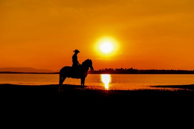 Cowboy silhouette à cheval